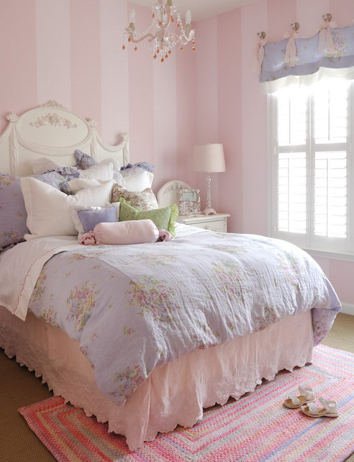 comment aménager une chambre fille en rose, lampe de chevet en rose pale, tête de lit blanc à motifs volutes