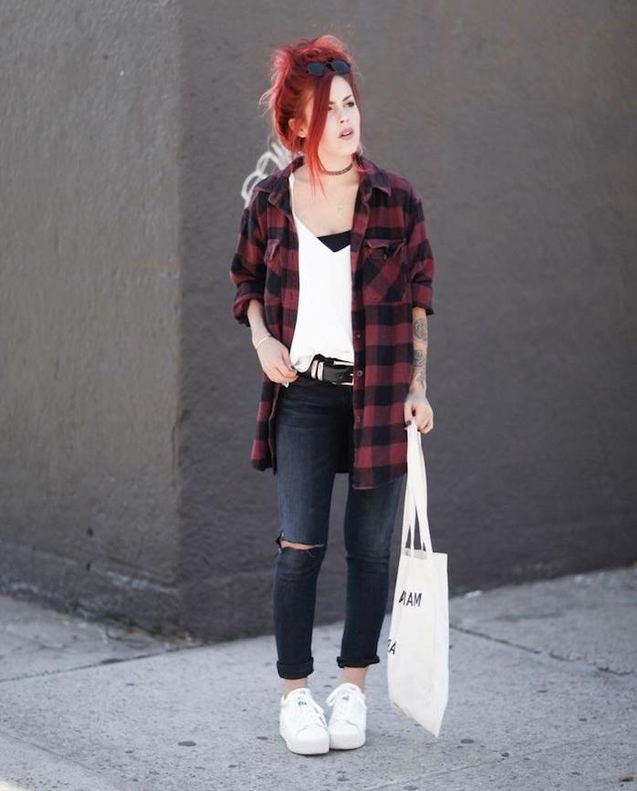 comment s habiller, paire de jeans foncés avec ceinture en cuir noir, top noir et débardeur loose en blanc