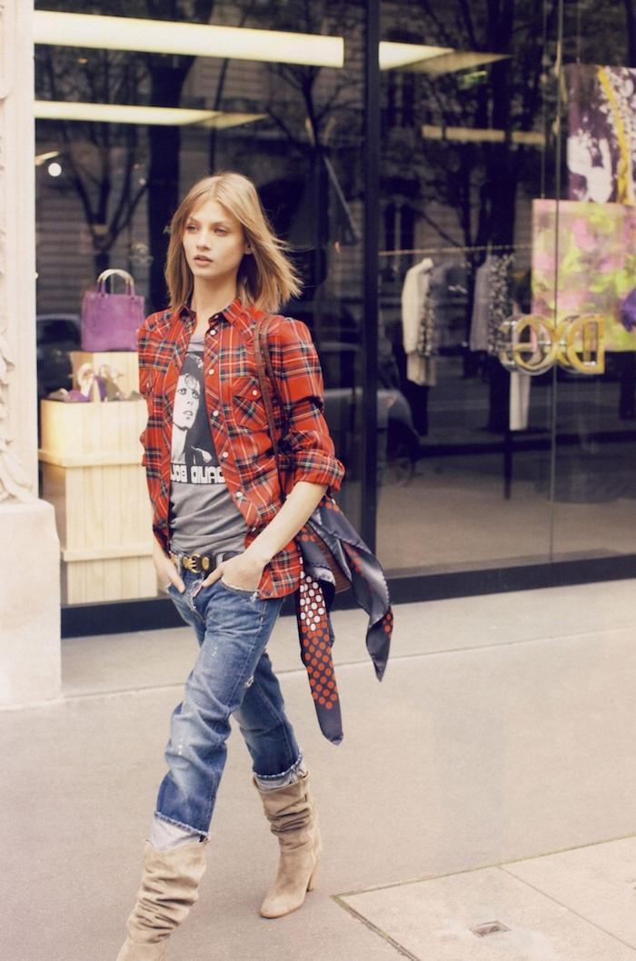 comment s habiller, bottines en velours beige à talons, écharpe longue en violet et rouge, couleur de cheveux cuivre
