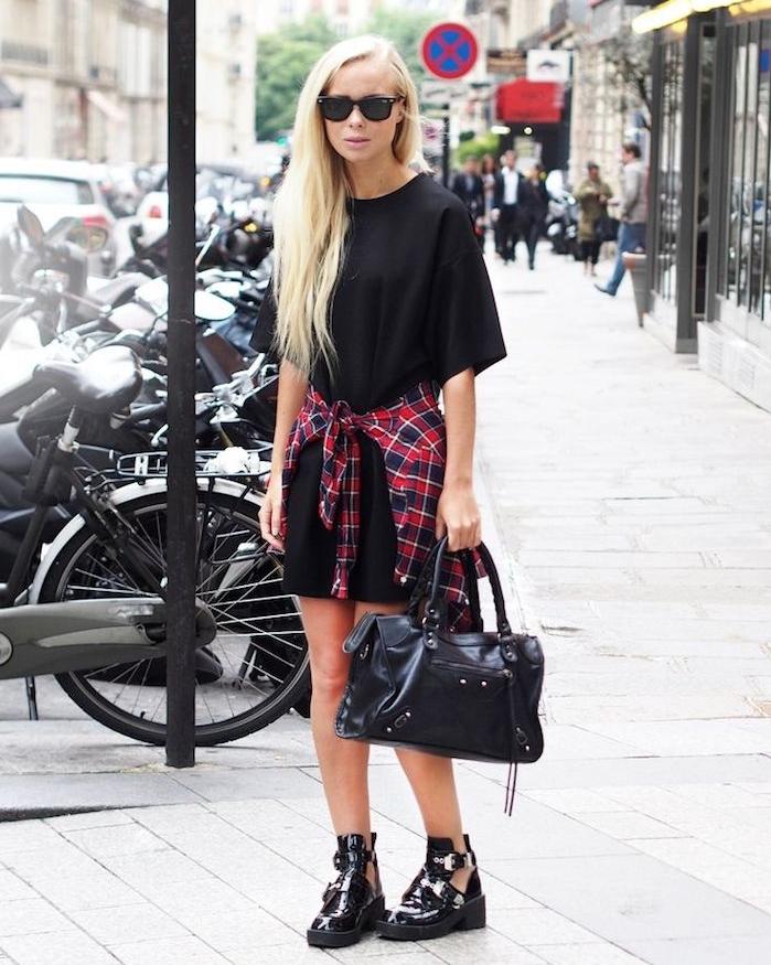 style rock, t-shirt noir long et loose avec chemise carreaux rouge et bleu foncé, bottines en cuir noir ouvertes