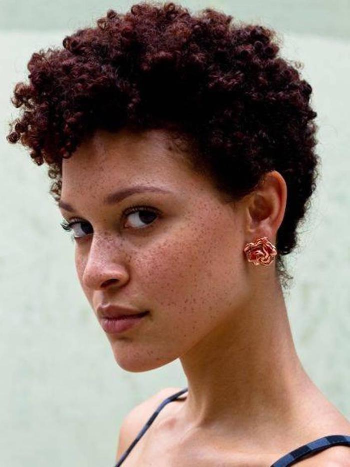coiffure femme metisse cheveux crepus cuivre