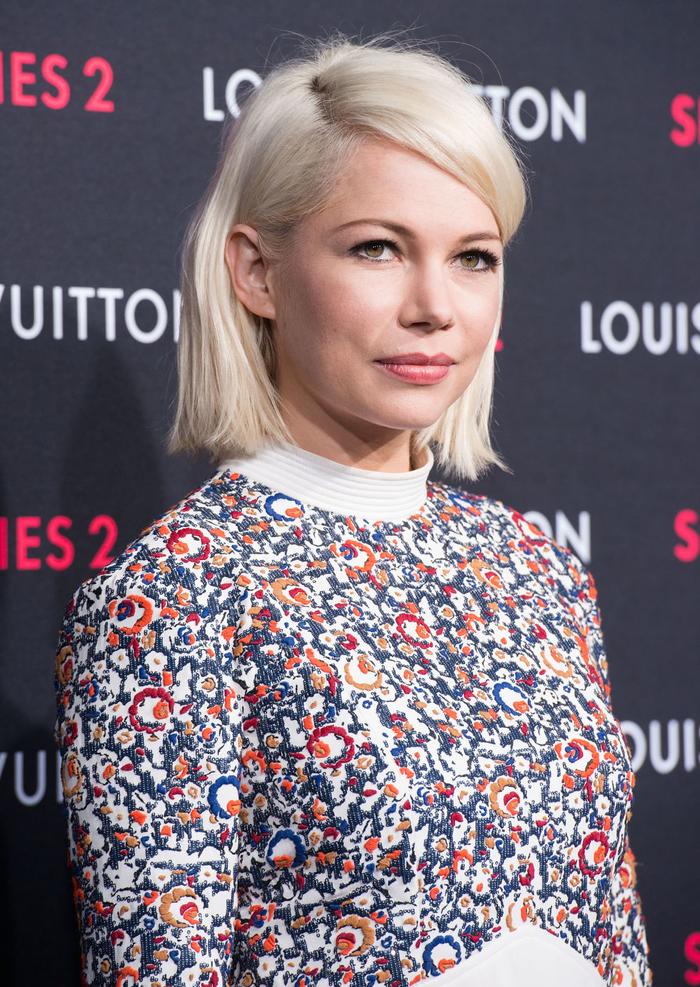 un modele de coiffure cheveux courts facile à styliser avec mèche sur le côté associé à une coloration blonde platine