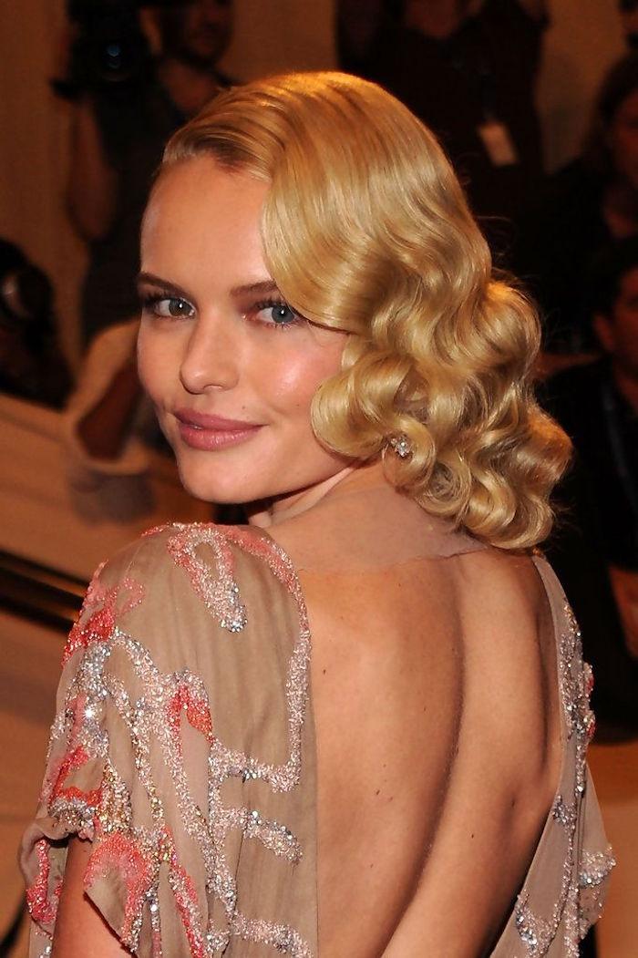 femme coiffure blonde bouclée rétro maquillage année 20