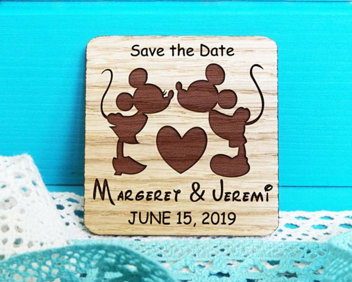 Cool faire part mariage chic et elegant en bois faire part walt disney idée Mickey et Minnie bisou