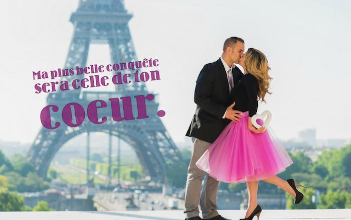 proverbe amour, photo de couple devant la tour eiffel, femme jupe rose en tulle et blouse noires, coiffure racines foncées et pointes blondes