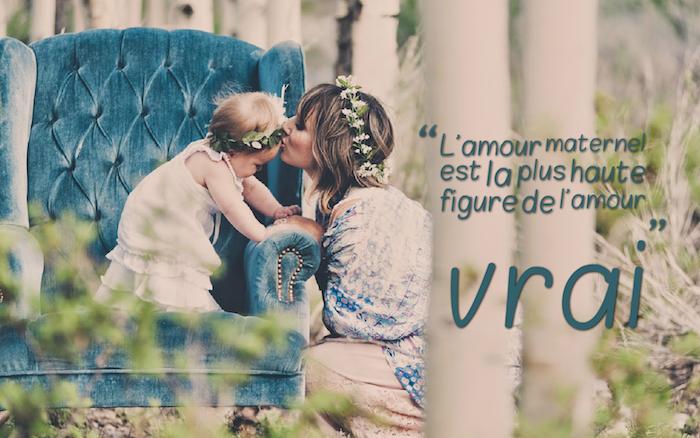 citation sur l amour, photo adorable d'une jeune mère et sa petite filles, couronnes en fleurs dans les cheveux