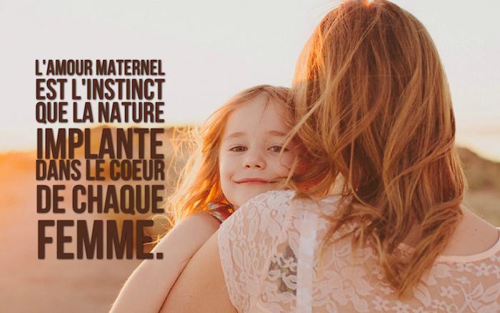 dicton amour, photo mignone d'une femme et sa petite fille, blouse avec manches courtes à motifs florales en dentelle