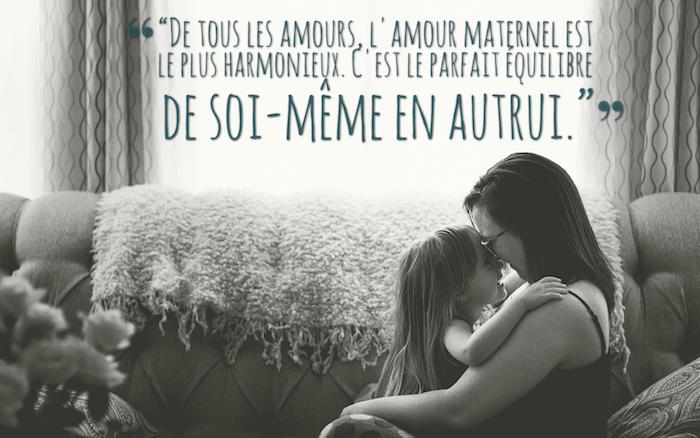qu est ce que l amour, mère et sa fille à la maison, photo en blanc et noir famille, rideaux longs à motifs géomtriques