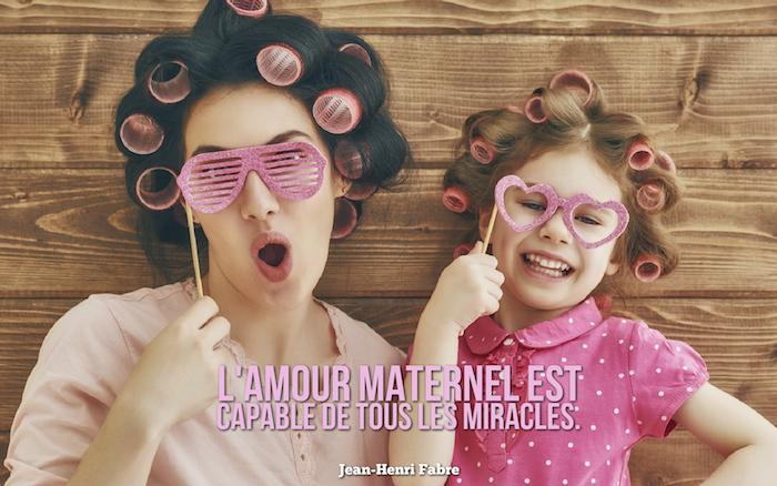 dicton amour , blouse femme en rose pastel, lunettes de soleil décoratives en rose, mère et sa fille aux cheveux avec des rouleaux