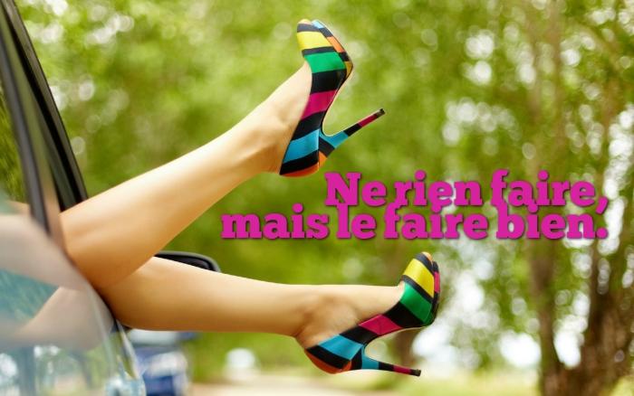 la blague du jour, photo voyage en voiture avec jambes féminines et chaussures à design coloré, phrase drôle rien faire