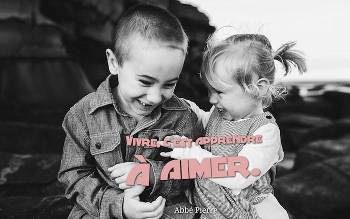 phrase romantique, chemise en denim pour garcon, photo blanc et noir des enfants, petite fille avec frange