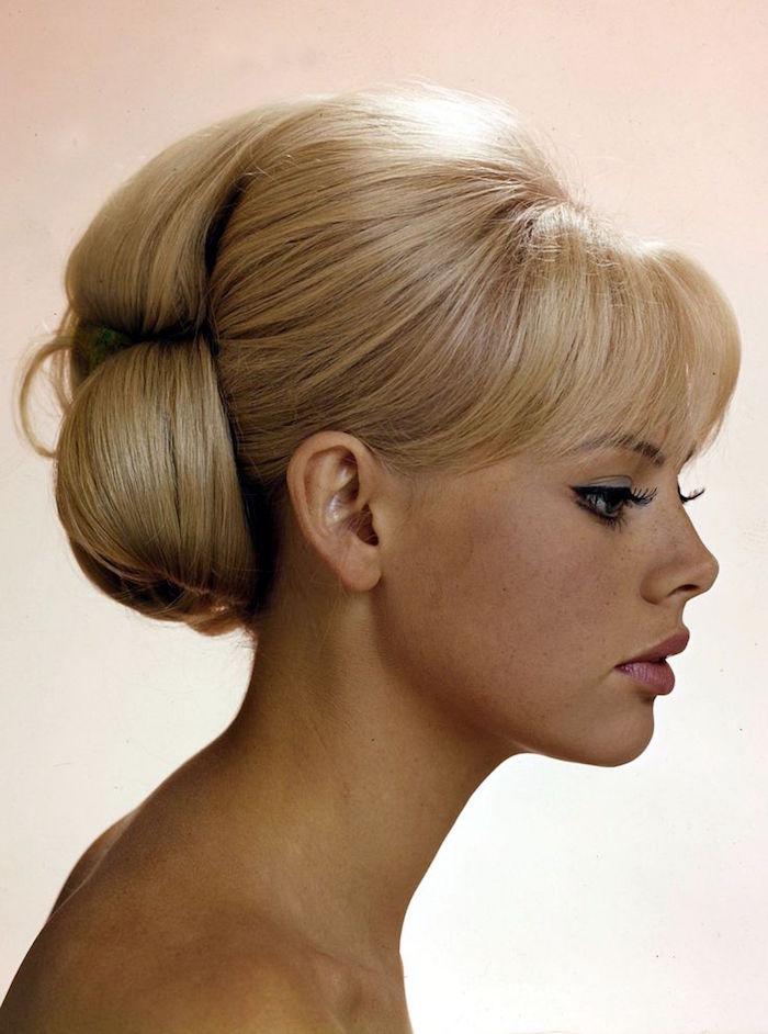 coiffure année 60 femme blonde avec chignon rétro