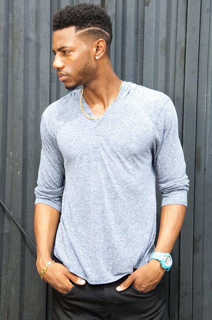 coupe de cheveux afro homme simple en degrade et trait tondeuse cote
