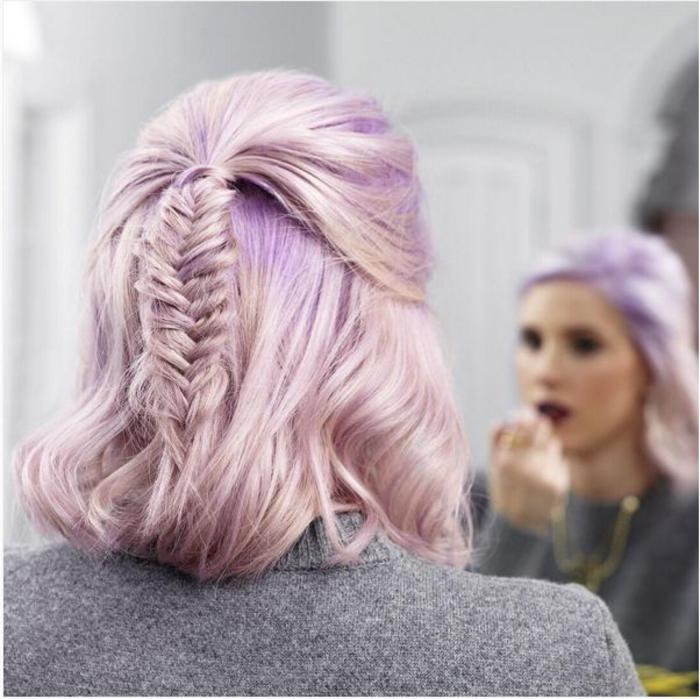 une coiffure avec tresse en épi de blé de style bohème chic, un carré court avec une partie des cheveux à moitié attachés