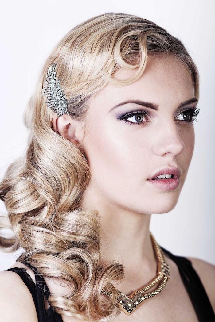 coiffure années 20 femme blonde cheveux boucles broche tete