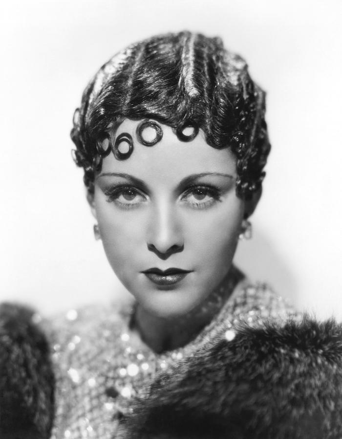 coupe années 20 style josephine baker cheveux crantés courts plaqués laque