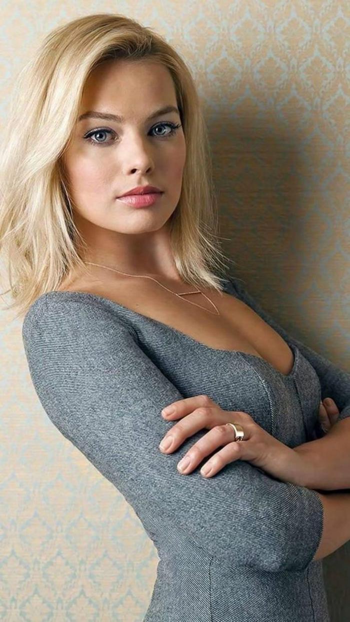 modele de coupe de cheveux carré blond aux bouts légèrement effilés avec la frange de coté
