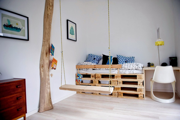 une chambre enfant de style scandinave qui privilégie le bois naturel et les lignes épurées, un lit palette mi-hauteur