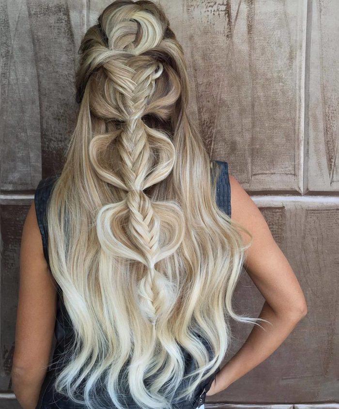 blond cendré, coiffure mi-attaché avec tresses en mèches blondes, coupe de cheveux longs avec racines brunes