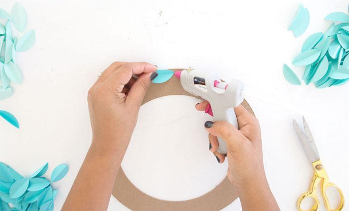 coller des feuilles en papier sur le cercle en carton, feuilles d arbre en papier bleu, bricolage automne facile