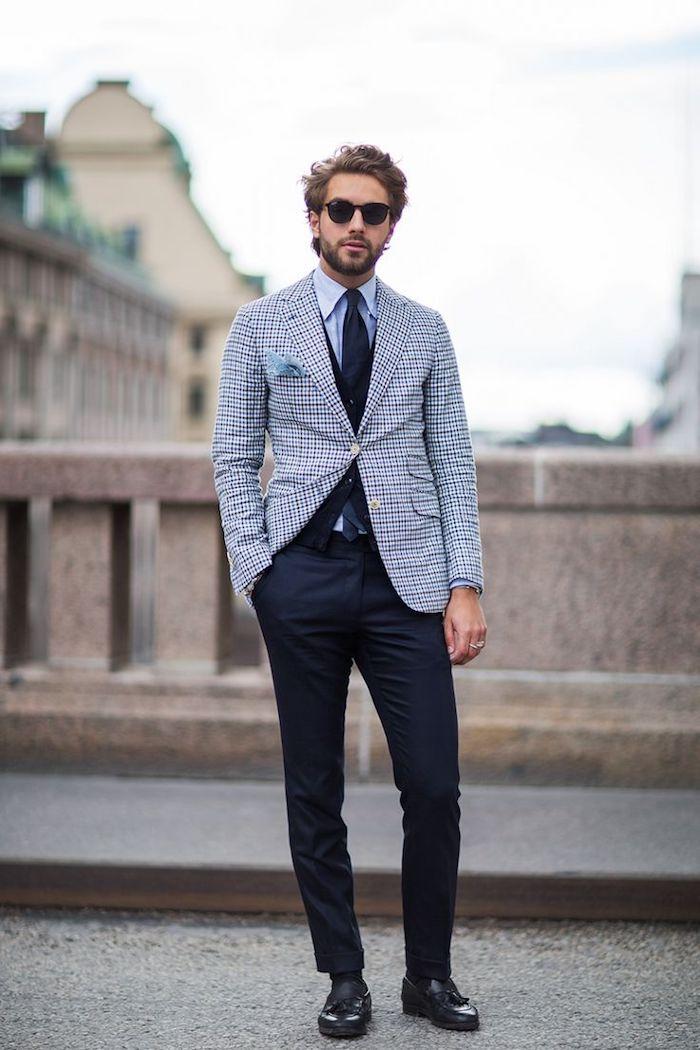 vetement homme, chaussures et ceinture en cuir noir, blazer carré en blanc et bleu foncé