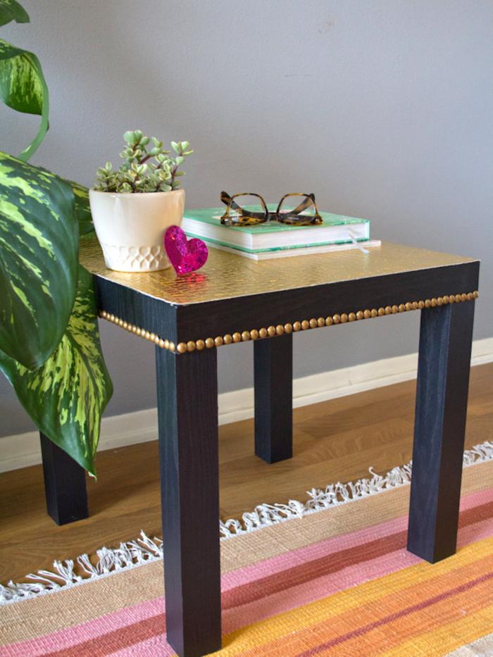 idée originale pour relooker un meuble ikea sans peinture, petite table basse unie noire transformée avec du papier peint et des clous de tapissier