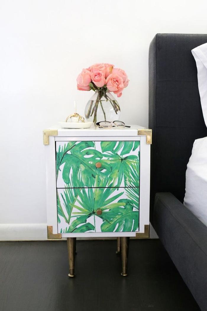idée originale pour un relooking meuble avec du papier adhésif, une table de chevet noire repeinte et personnalisée avec du papier peint motif tropical