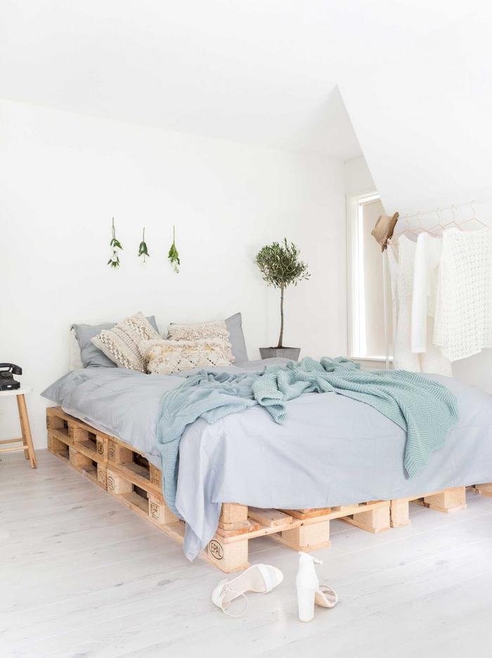 une chambre à coucher ensoleillée de style bohème chic jouant sur le mobilier minimaliste et les matériaux naturels, idee avec des