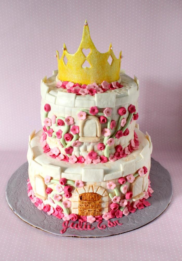 Recette gateau chateau fort gateau d anniversaire princesse sofia couronne dorée sur gateau deux etages