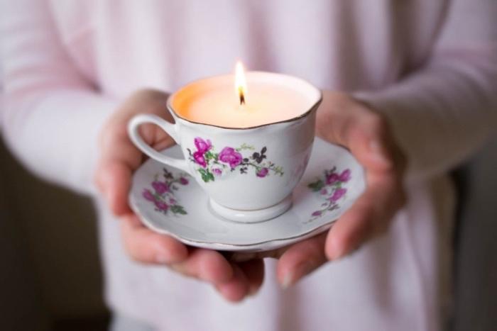 idée de bougie dans une tasse à thé vintage avec des éléments décoratifs floraux, deco a faire soi meme recup