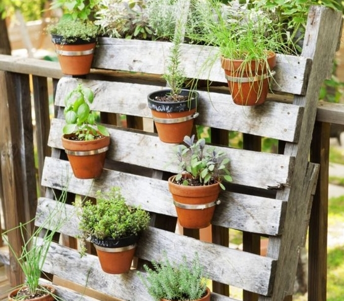idée de jardinière, jardin vertical fabriqué à partir une palette démontée, deco a faire soi meme recup
