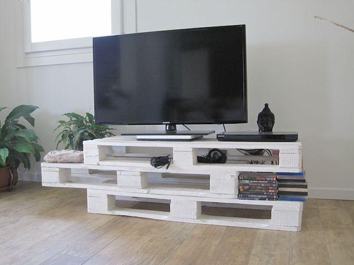 comment faire un meuble tv en palette trois palettes repeintes de blanc et superposées idee deco recup pour salon deco originale
