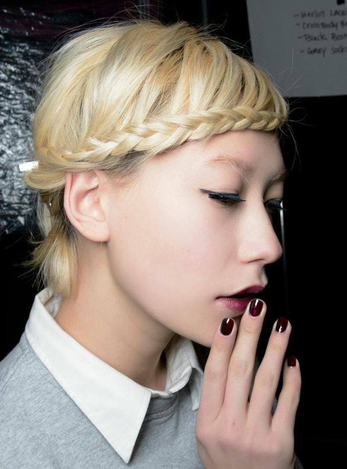 une coiffure avec tresse réalisée sur cheveux courts attachés en arrière, une frange tressée créative et romantique