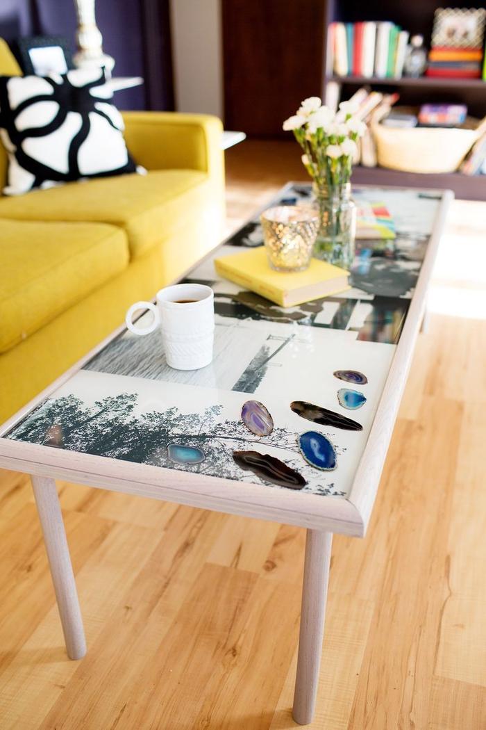 jolie table basse personnalisée avec un collage photos en noir et blanc, idées originales pour un relooking meuble