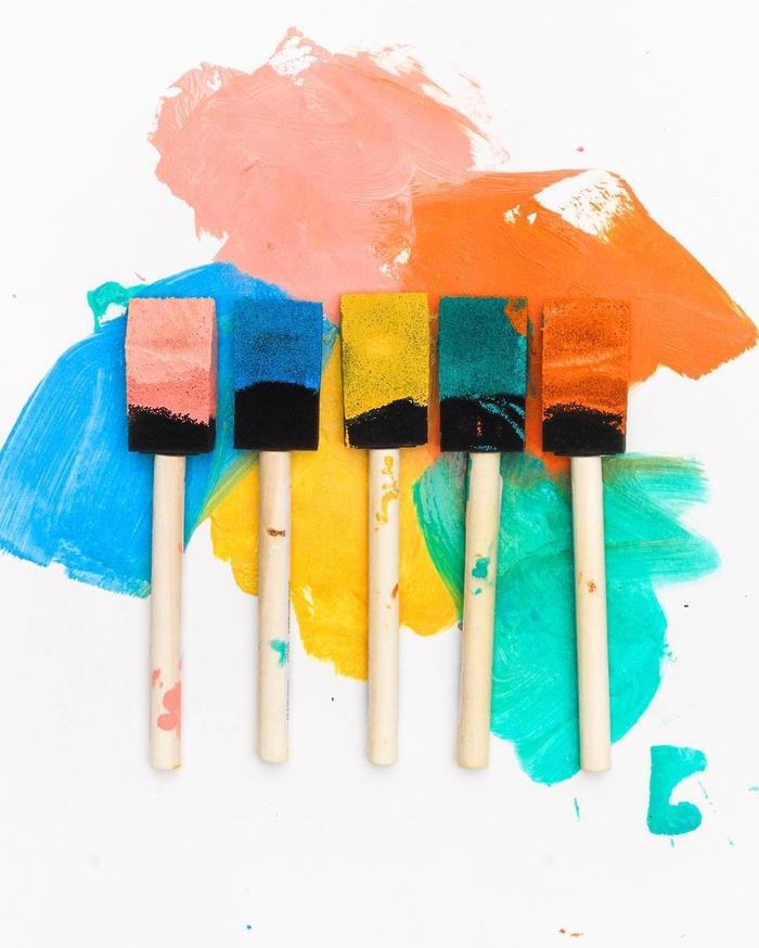 quelles couleurs utiliser pour repeindre une table en bois, une petite table de pation repeinte en couleurs vitaminées