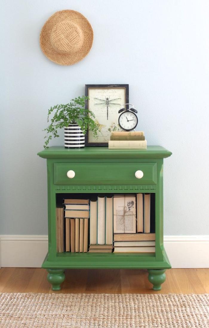 une table de chevet vintage transformée à l'aide de la peinture au lait verte, comment restaurer une table en bois en gardant l'aspect authentique