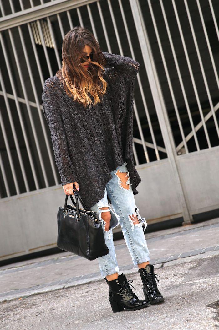 bottines femme, pantalon en denim avec trous sur les genoux, sac à main en cuir noir, balayage cheveux châtain foncé