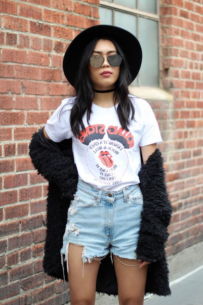 vetement femme, shorts en denim claire déchirés, manteau en faux fur noir, choker et capeline noirs