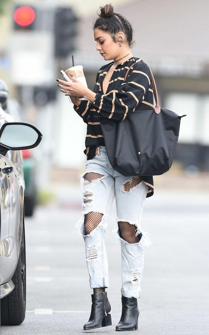 mode femme, modèle collant grand filet noir, paire de jeans claires et bottines en cuir noir