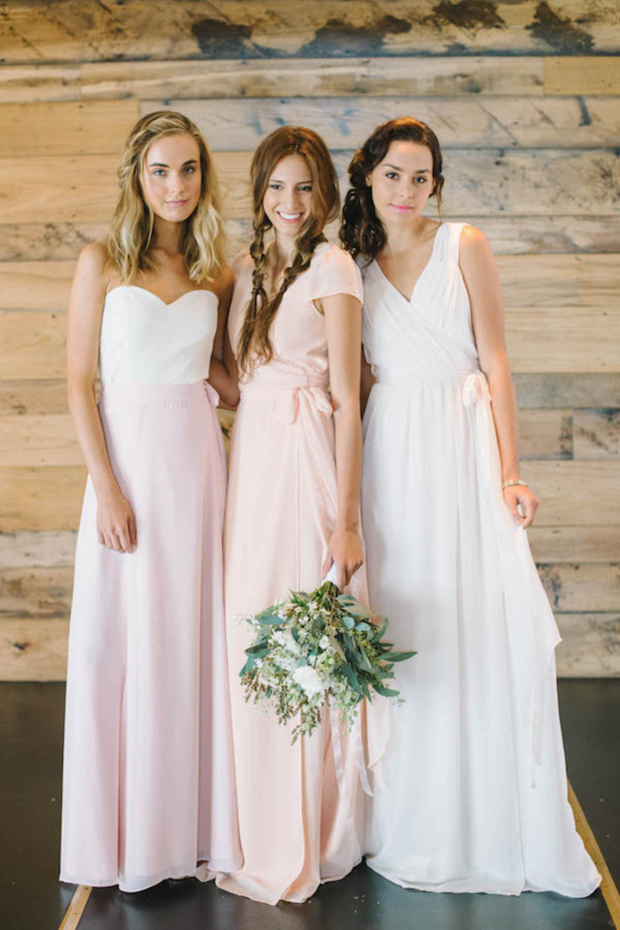 look romantique de fille d'honneur en maxi robe fluide en rose, pêche et blanc