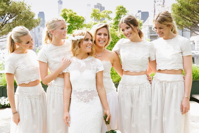 demoiselles du cortège nuptial vêtues en t-shirt court dentelle et jupe fluide brodée