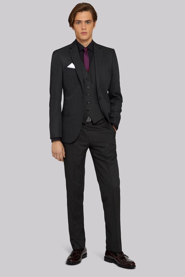 comment bien s habiller, vision jeune businessman en costume total noir