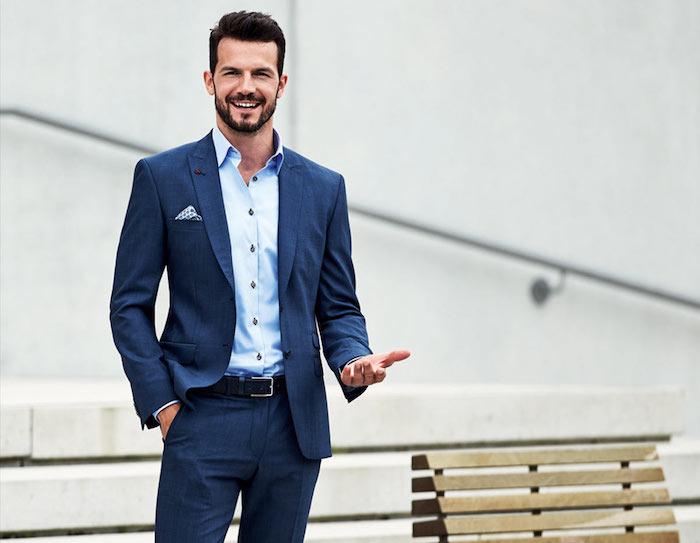 coupe de cheveux homme avec barbe courte, pantalon bleu foncé avec ceinture noire