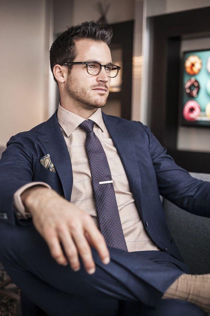 vetement homme professionnel, tenue d'office pour homme, chemise beige avec cravate violette