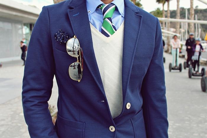 style vestimentaire homme, blazer en bleu foncé avec boutons blancs, pull blanche avec chemise bleu clair