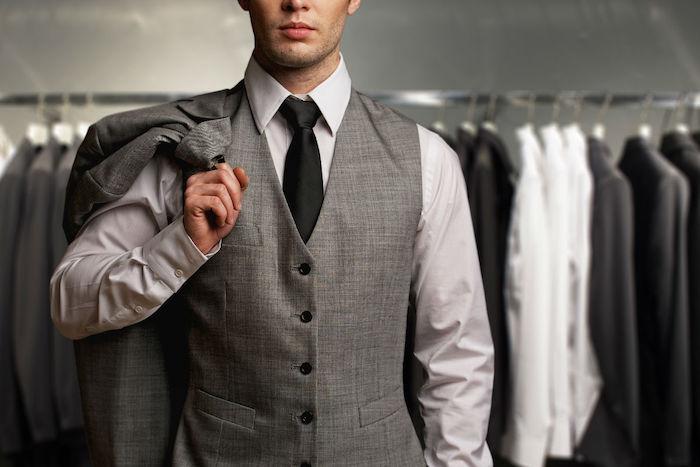 renouveler sa garde-robe masculin pour avoir un look businessman, chemises et blazer en gris noir et blanc