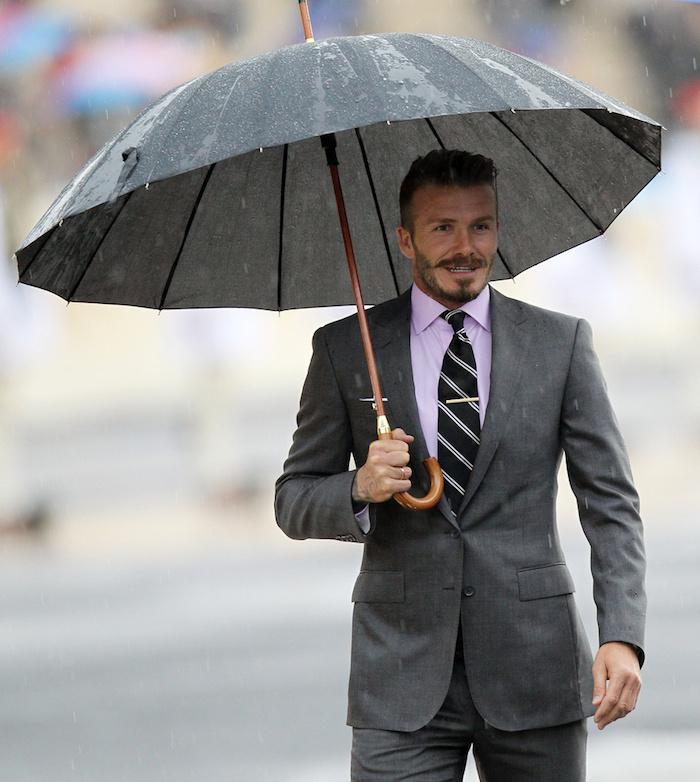look homme, pantalon et blazer en gris foncé, tenue inspiration célébrité, coiffure homme moderne