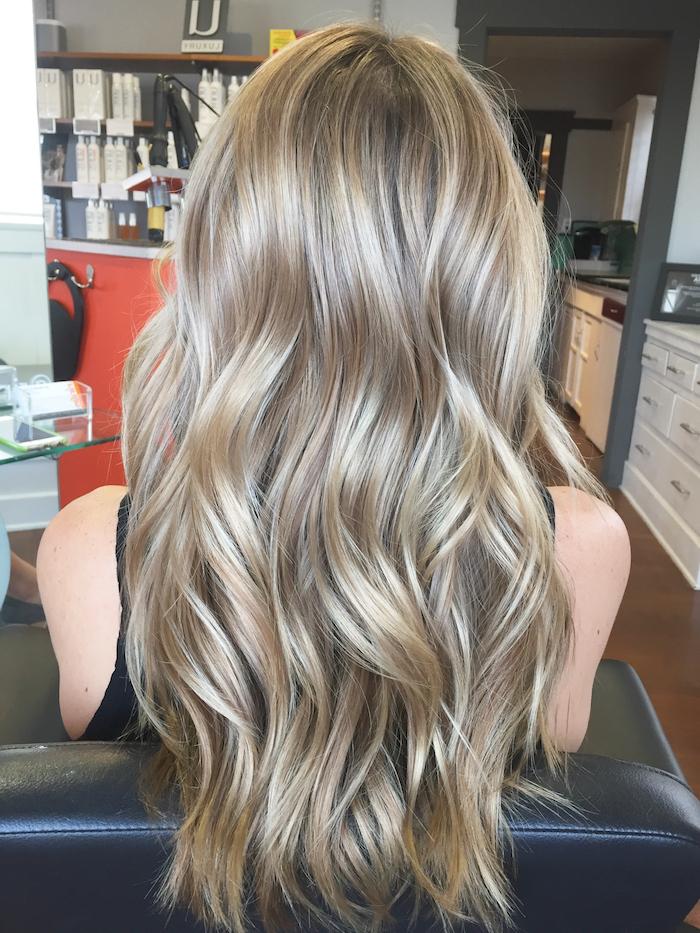 balayage sur cheveux chatain, visite salon coiffure, coupe de cheveux longs femme, mèches blondes sur base châtain foncé