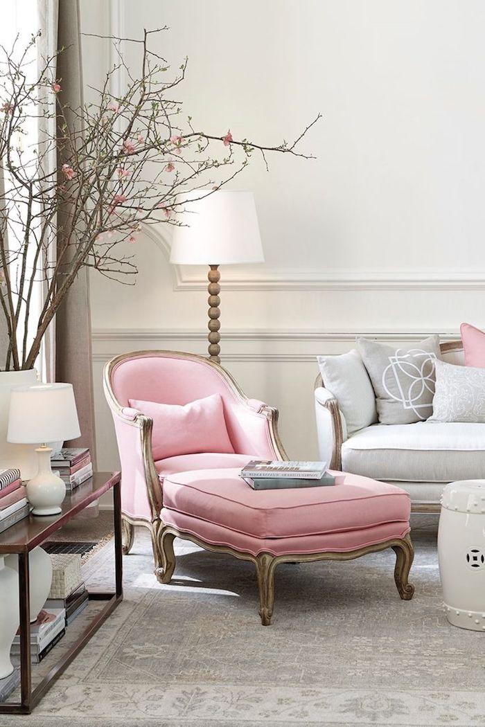idée comment intégrer le rose pastel au salon gris, collection de livres aux couvertures gris et rose pastel