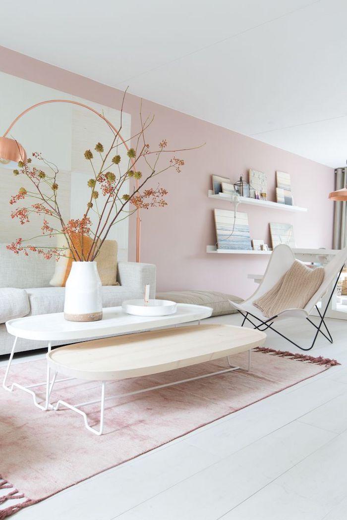 rose pale, peindre les murs du salon aux nuances pastel, bouquet de fleurs séchées dans une vase blanche et beige